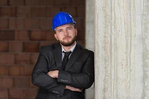 retrato do jovem arquiteto confiante foto