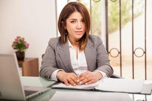 mulher de negócios bonito no trabalho foto