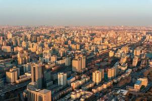Vista aérea da paisagem urbana de Pequim na hora de ouro foto
