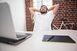 designer casual usando mesa digitalizadora e laptop foto