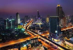noite urbana cidade skyline, bangkok, tailândia. foto