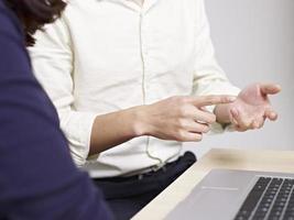gesto com a mão de um jovem falante foto