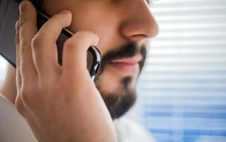 empresário falando ao telefone foto