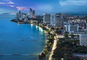 horizonte urbano da cidade, baía de pattaya e praia, tailândia. foto