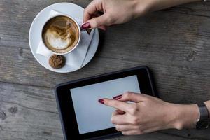 tablet de toque de mão de mulher foto