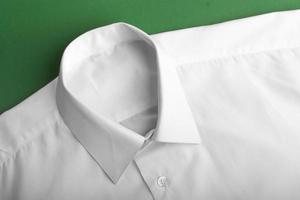 dobrar camisa de mangas compridas foto