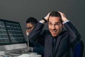 corretor financeiro frustrado foto