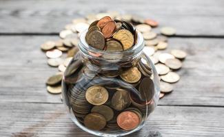 moedas cheias em garrafa foto