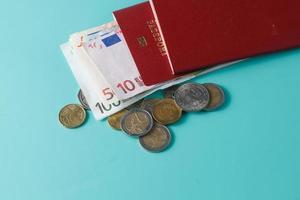 passaporte com notas e moedas foto