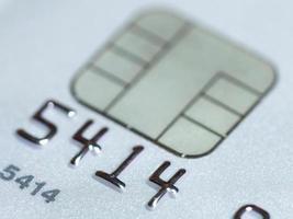 cartão de crédito branco com foco seletivo de micro chip foto