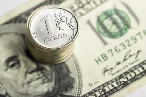 notas de moedas e dólares de rublos russos close-up foto