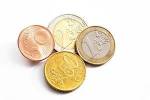 centavos de euro em vista elevada de fundo branco foto