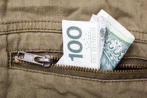 nota de cem zloty no bolso