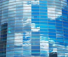 moderno edifício de vidro redondo na cidade.