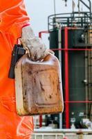 coletar amostras de óleo cru no tanque de armazenamento. foto