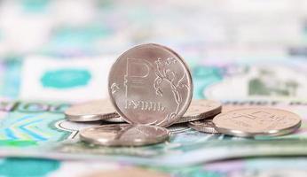 notas e moedas de rublos russos close-up foto