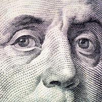 o rosto de franklin a macro de nota de dólar foto