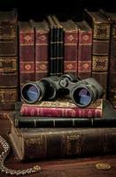 binóculos e livros antigos