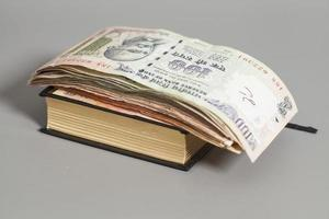 livro com notas de banco da rupia da moeda indiana