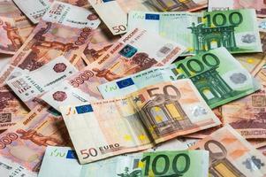 fundo de notas de russo e euro foto