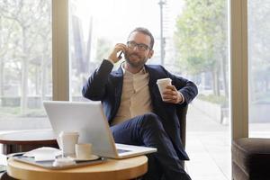 homem de negócios usando um telefone