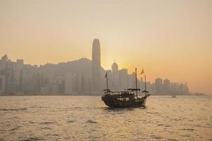 hong kong, skyline de victoria bay ao pôr do sol foto