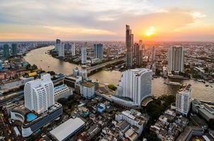 paisagem urbana de Banguecoque, distrito financeiro com edifício alto ao entardecer