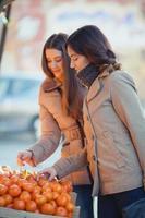 comprando frutas foto