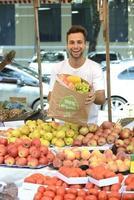 verdureiro vendendo frutas e legumes orgânicos. foto