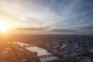 vista aérea da cidade de Londres sobre o horizonte com céu dramático foto