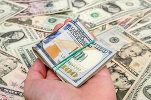 notas de dólar diferentes como plano de fundo foto