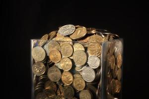 moedas em uma jarra de vidro foto