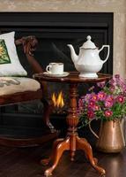 chá da tarde na lareira foto