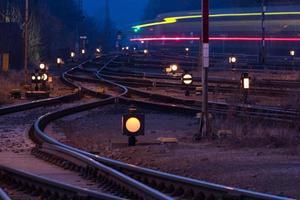 estação de trem à noite foto