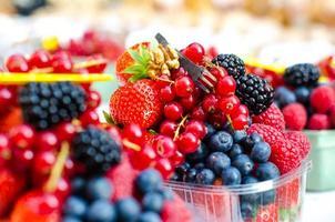 frutas da floresta como mirtilos, framboesas, morangos, groselhas foto
