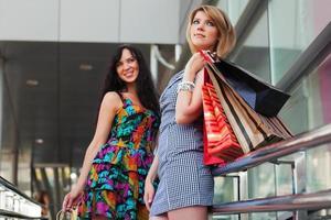 mulheres jovens com sacolas de compras