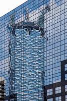 reflexo do edifício da construção