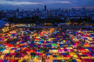 cidade e mercado de cores foto