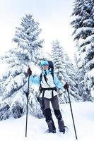 alpinista na floresta de inverno