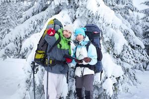 os caminhantes procuram o caminho no mapa foto
