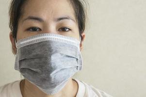 máscara de mulher doente sonolenta gripe conceito de saúde fria foto