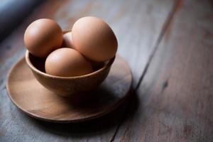ovo no prato de madeira foto