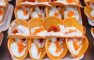 torta crocante de estilo tailandês, khanom beaung thai foto