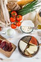 cesta cheia de legumes e vários produtos frescos foto