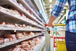comprador de carrinho no supermercado foto