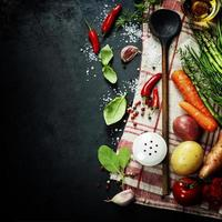colher de pau e ingredientes foto