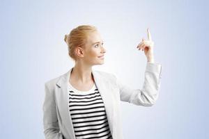 jovem mulher apontando foto