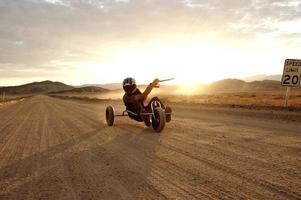 carrinho de pipa no deserto foto