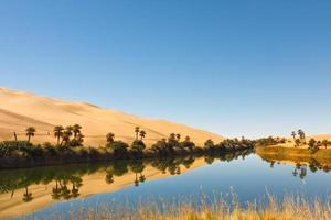 umm al-ma lake - oásis no deserto, saara, líbia