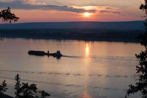 barcaça com carga subindo o rio. foto